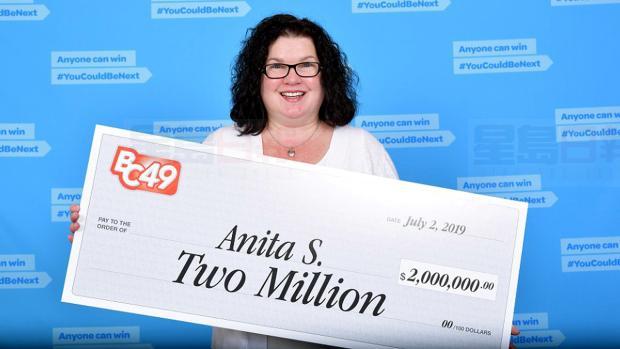 素里女子斯奈德领取200万元的BC/49奖金。BCLC提供