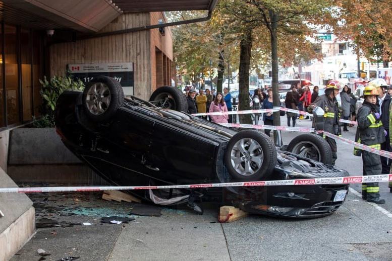温市中心周二上午发生严重车祸,一辆私家车失控铲上行人道,两个行人走避不及遭撞伤。CBC