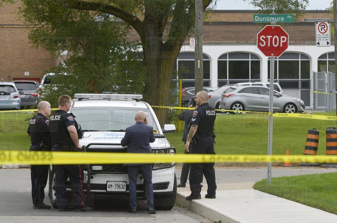 凶案发生后,警方封锁现场调查。星报