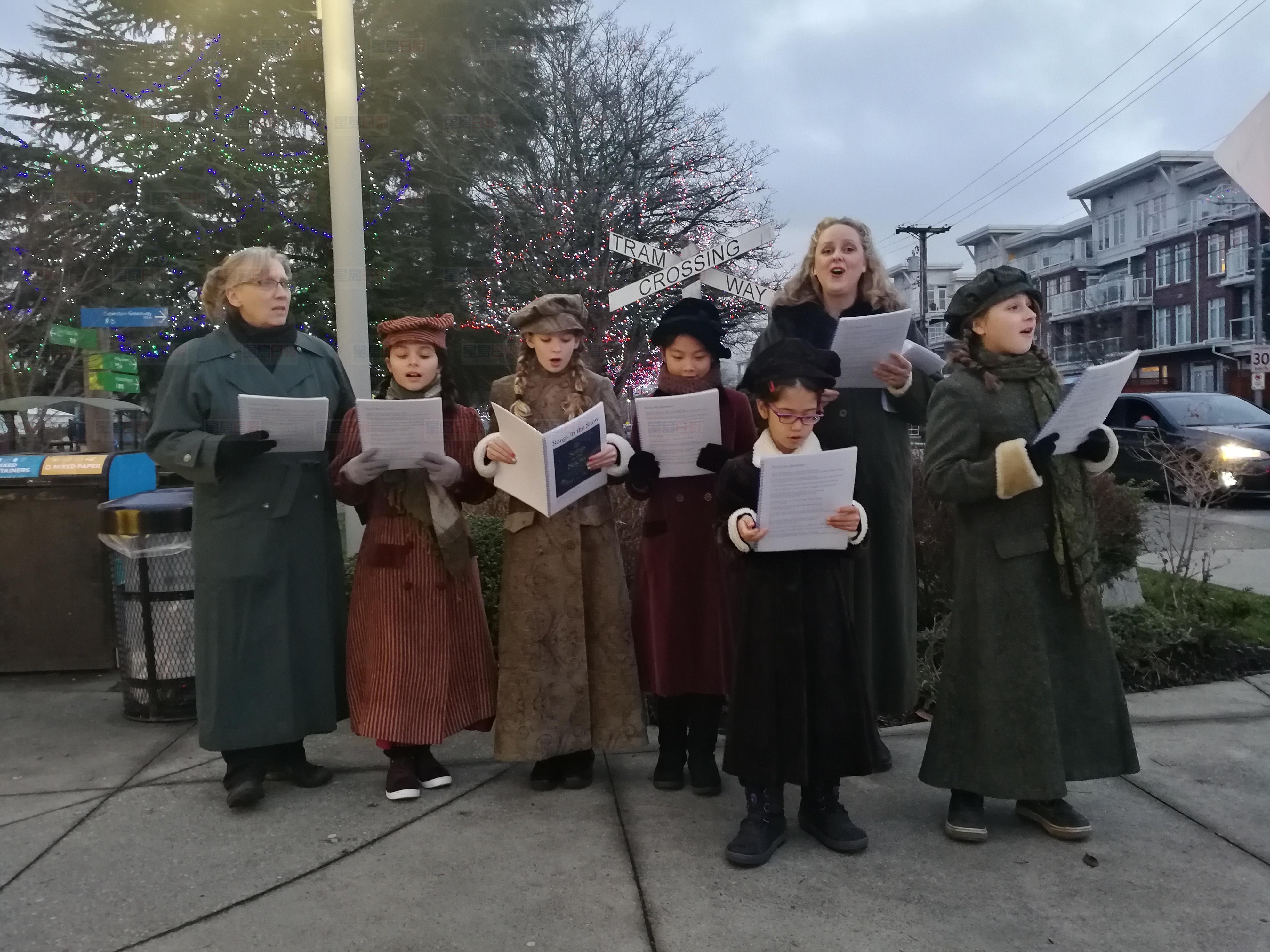 埃尔德(左)与合唱团献唱经典圣诞歌曲。