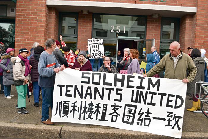 逾50名租户在顺利楼前抗议,敦促中侨尽快解决问题。