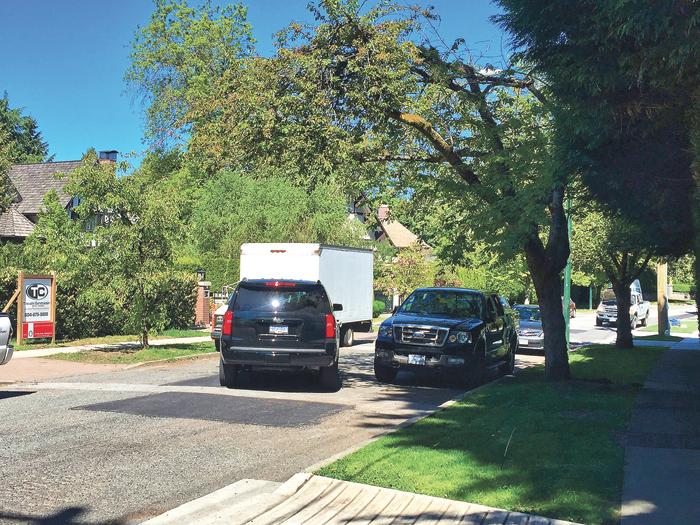 ■门前也有保安公司车辆。本报记者摄