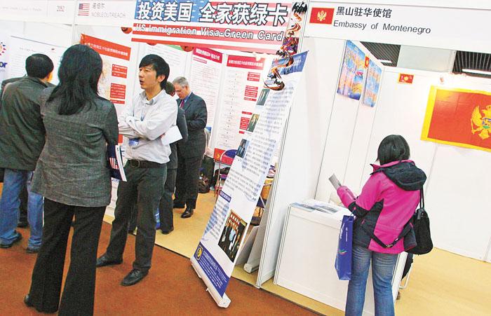 许多中国人通过投资移民入籍美国。图为中国对外投资合作洽谈会展会上,一家投资移民美国的公司展位受到观众的追捧,前来询问的观众络绎不绝,与隔壁的欧洲黑山共和国展位的冷清形成强烈对比。 香港中通社资料图片