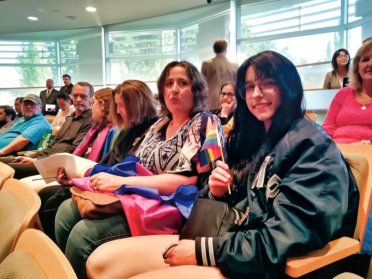 ■卡兹米(右一)手持彩虹旗参加市议会及发言。