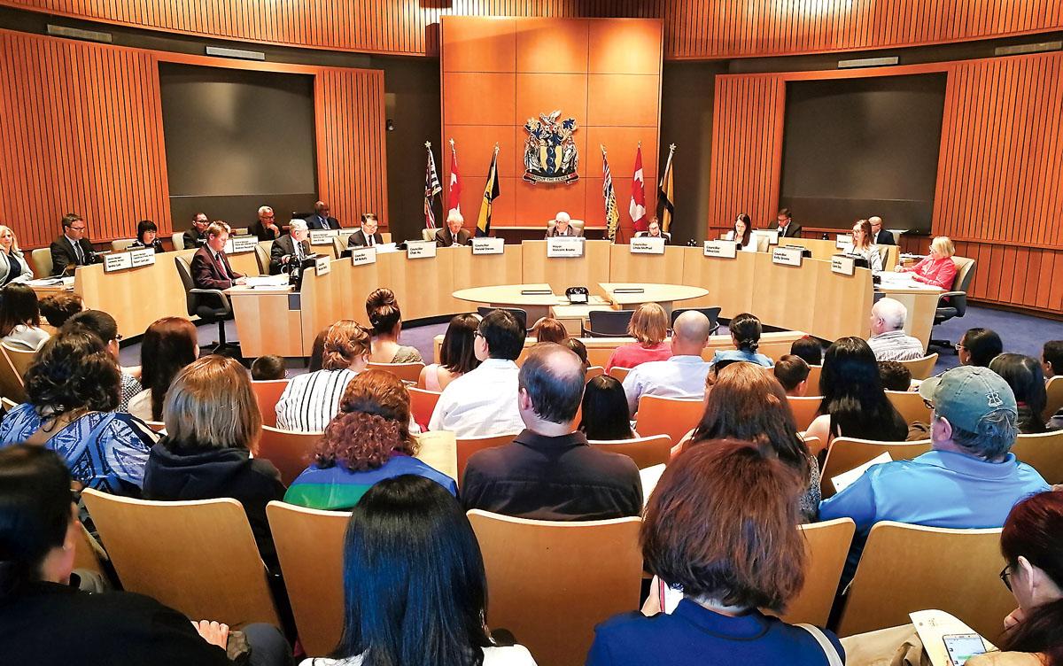 列治文市议会昨晚的会议,吸引很多市民出席。