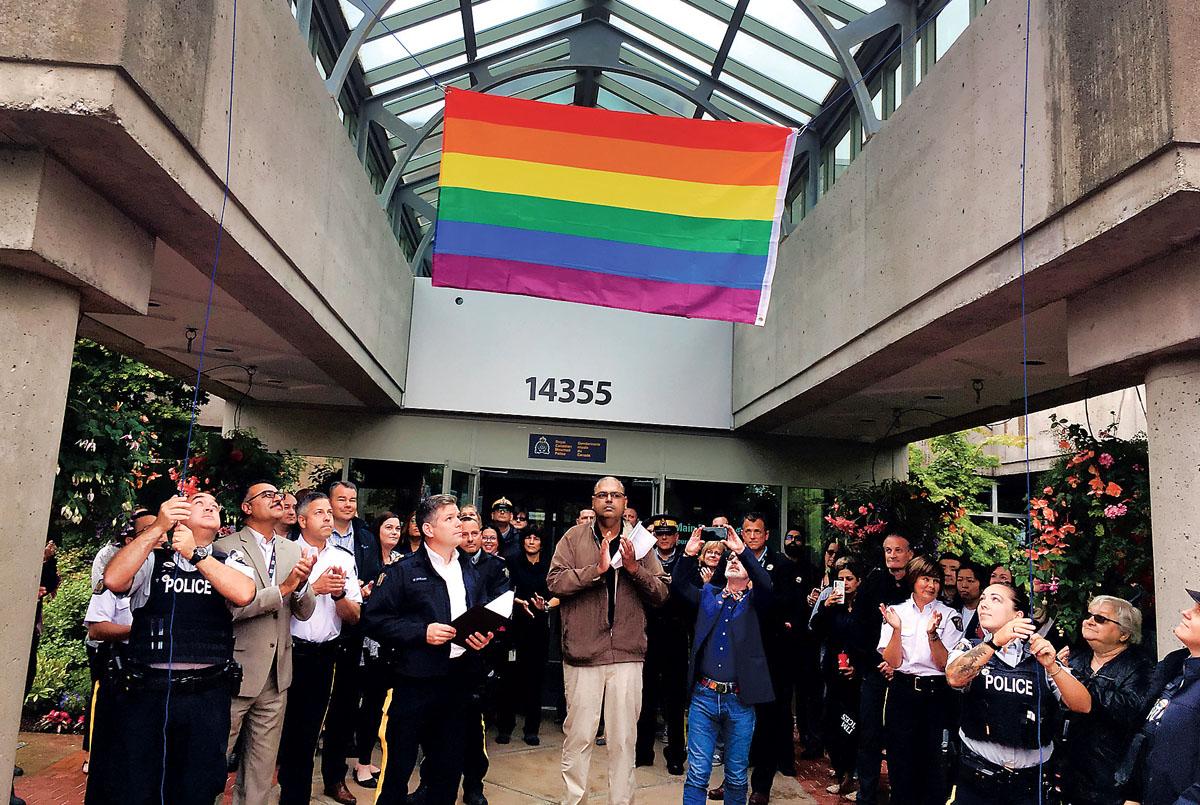 ■素里骑警总部首度升起彩虹旗。