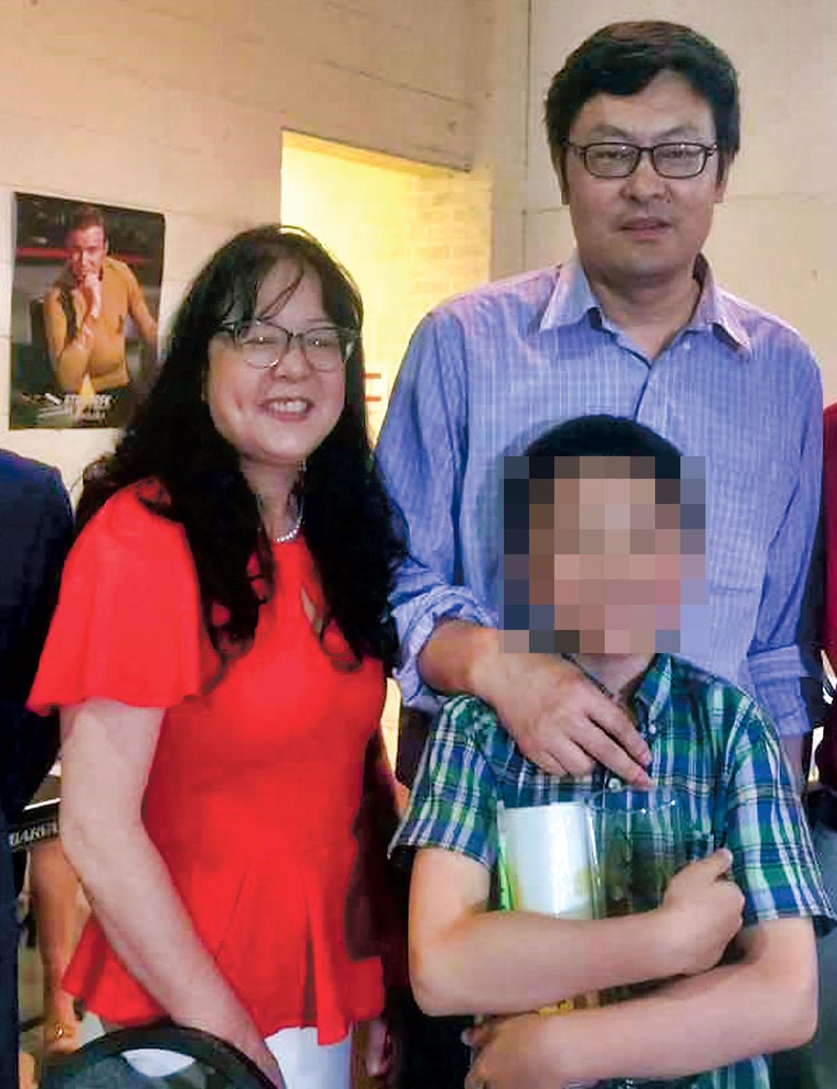 ■谭耕与妻子黄幸来(左)及儿子合照。网上图片