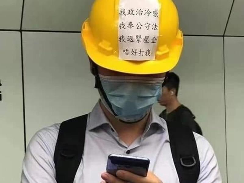 """网传照片,有市民戴头盔,贴纸写有""""唔好打我""""字样。网上图片"""