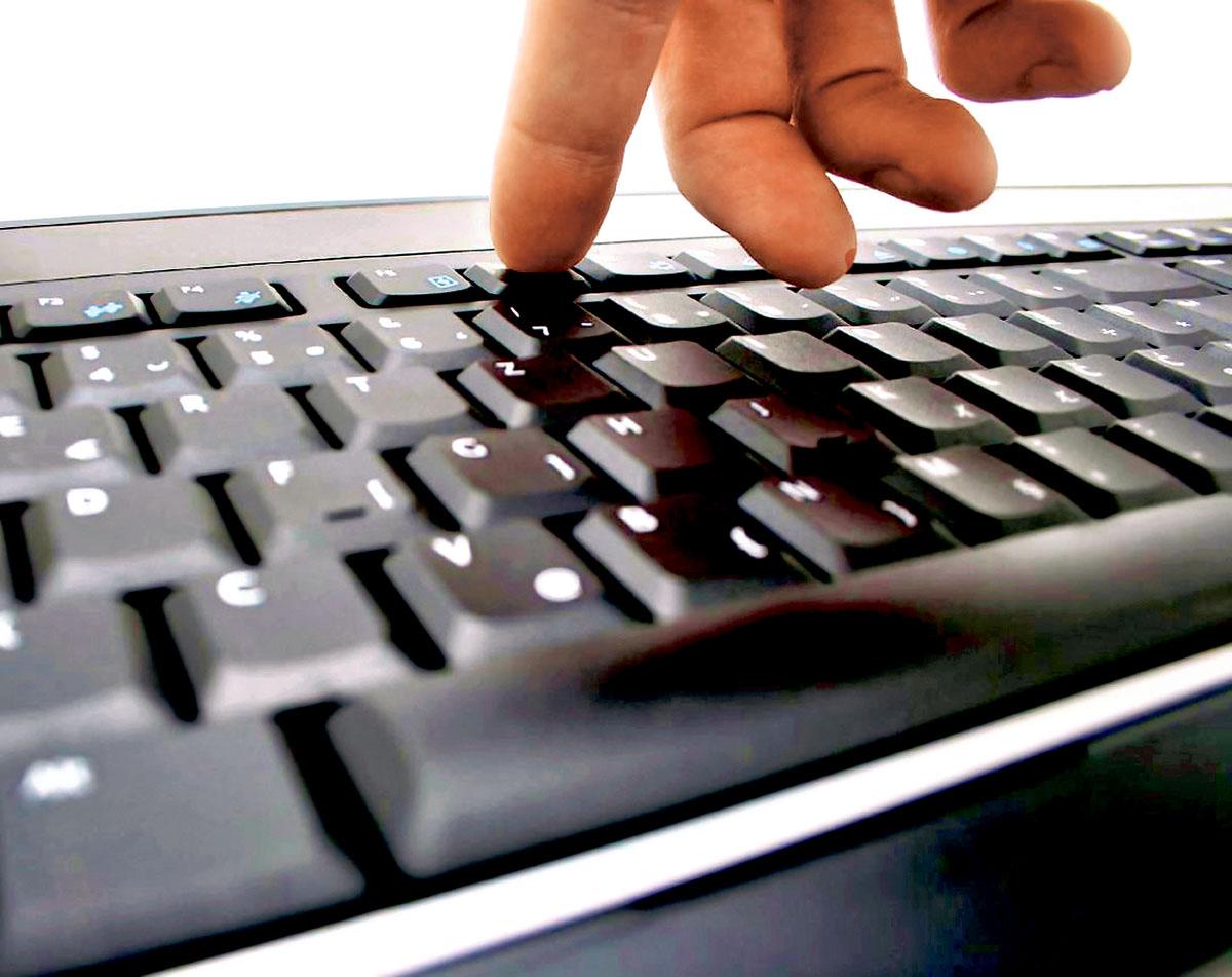 ■列市一对长者夫妇的电脑遭黑客入侵,最后被骗去超过8,000元款项。星报