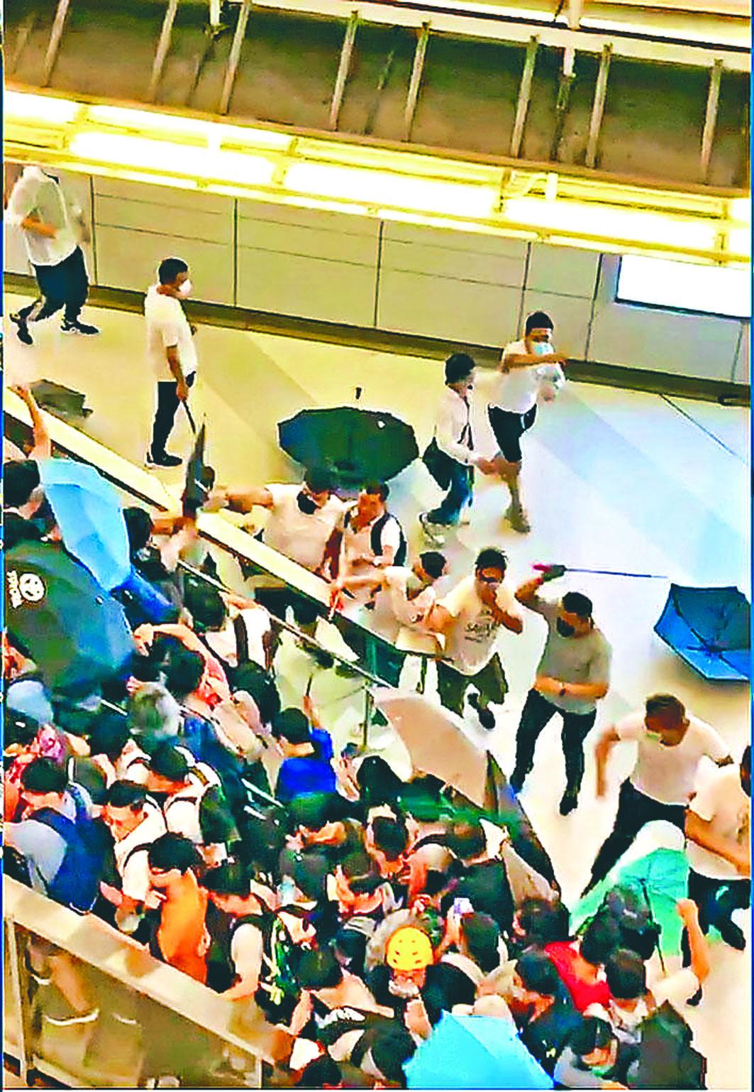一批白衣人在西铁元朗站袭击市民。网上图片