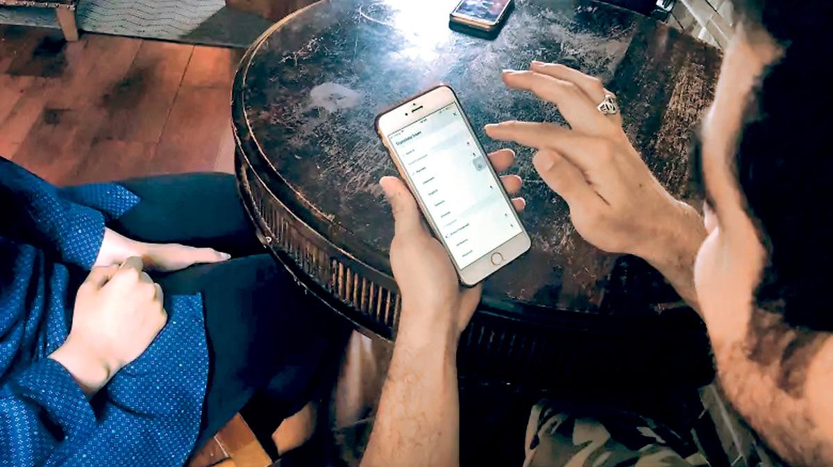 ■伊朗难民申请者哈米德,通过谷歌翻译手机程式与住处的服务人员交流。CBC