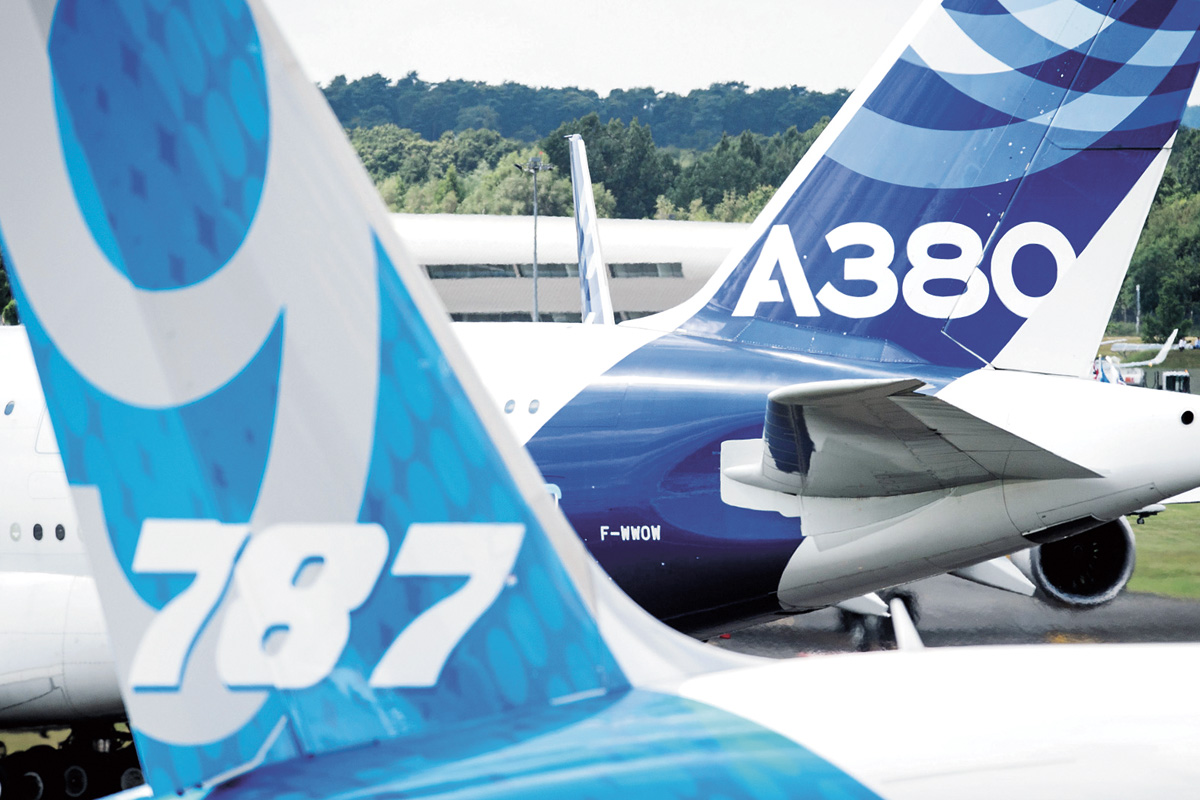 美国与欧盟为波音和空巴的补贴争议,在世贸组织缠斗近15年。图为空中巴士A380飞机与波音787飞机。法新社资料图片