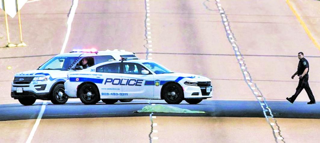 ■警员在410高速公路调查。星报