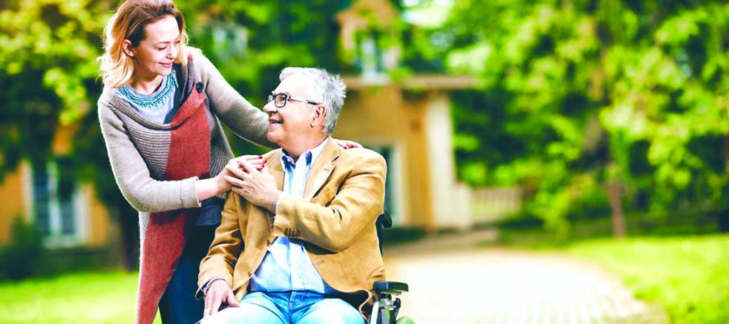 一项调查发现,30岁以上的加国民众超过四分一要照顾年迈的双亲。 Angus Reid