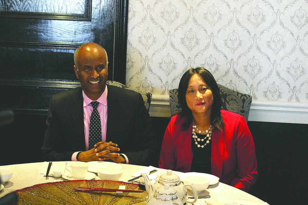 移民部长胡森及国会议员叶嘉丽与媒体会面,谈现届政府移民政策。