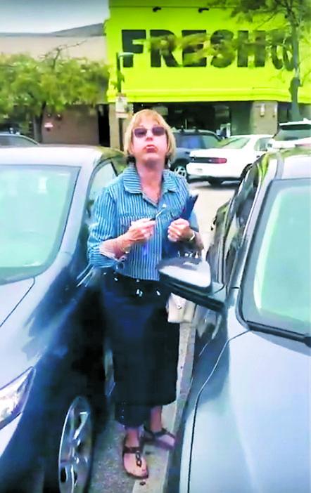 白人女子取车时,除叫骂外,更向事主吹气。