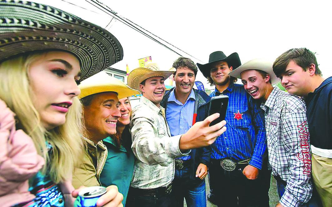 杜鲁多在魁省与支持者玩自拍。星报