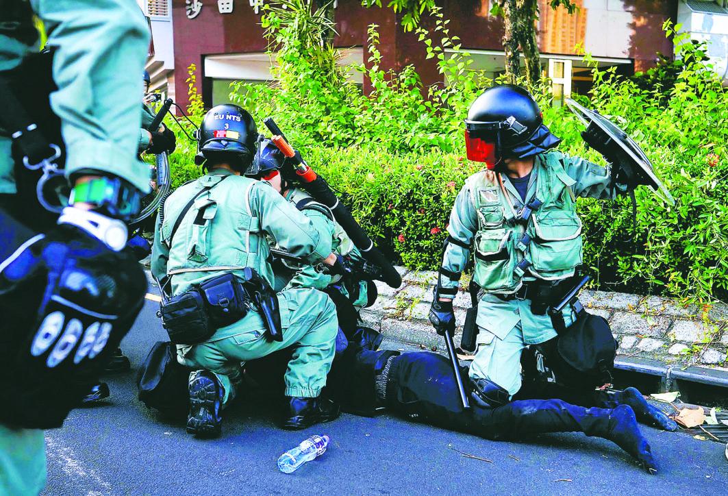 图为香港警察制伏一个示威者。